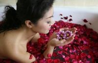 L'eau de rose : parfum, cosmétique et aliment à la fois